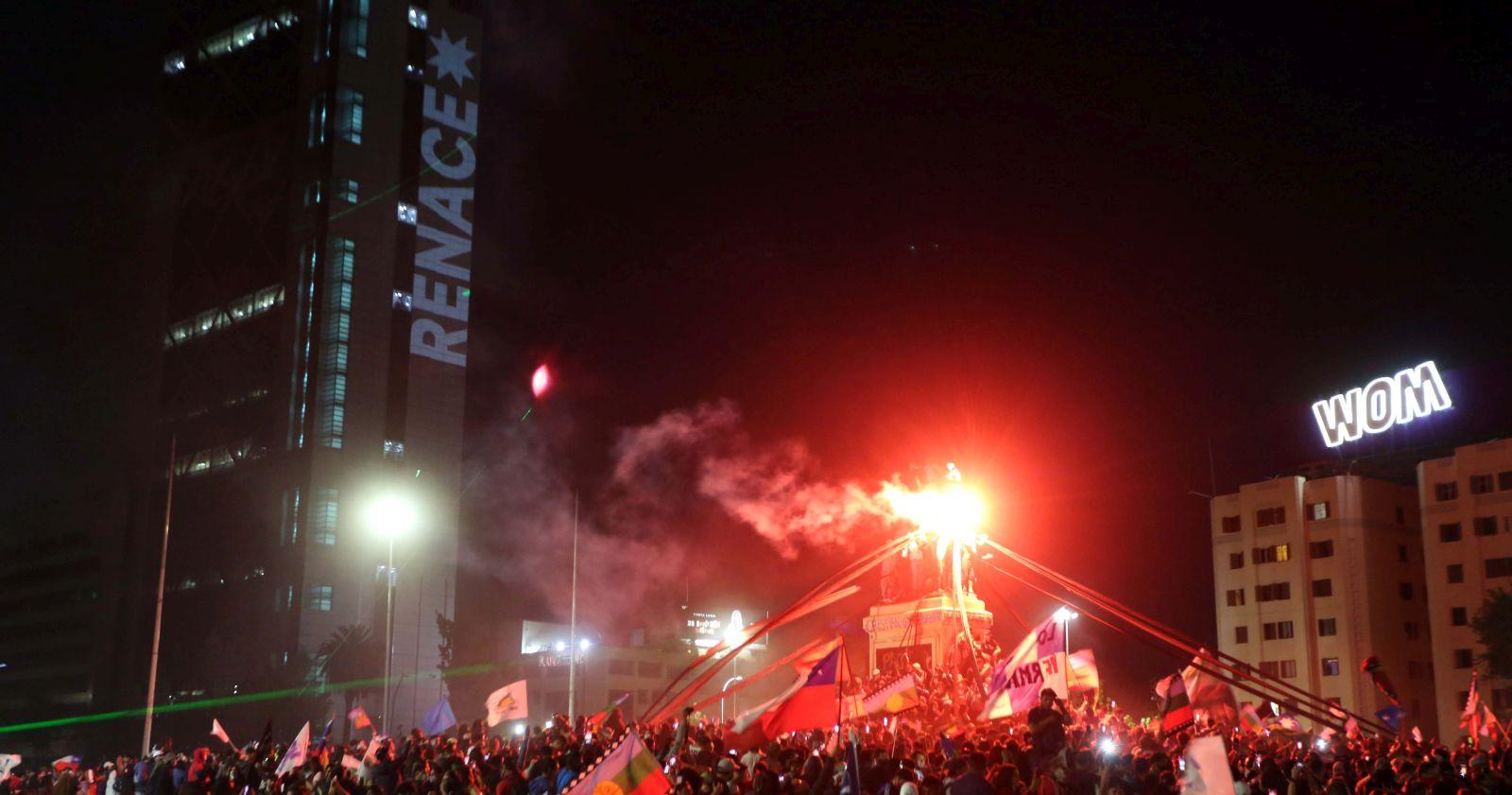 Miles de personas comenzaron a llegar a Plaza Italia para celebrar el triunfo del Apruebo.