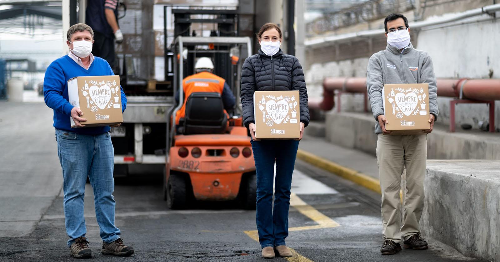 """Empresas reunidas en """"SiEmpre por Chile"""" entregan 220 mil cajas de alimentos a familias vulnerables de todo el país"""
