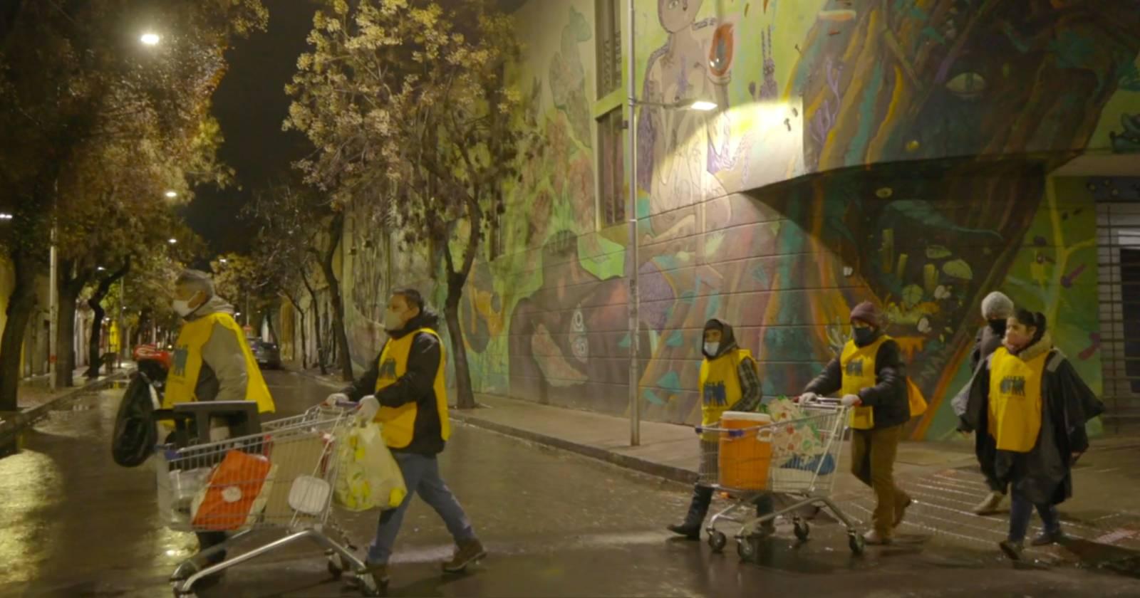 """VIDEO – Iniciativa """"Juntos en la Calle"""" entrega elementos de protección esenciales, alimento y abrigo a personas sin hogar"""