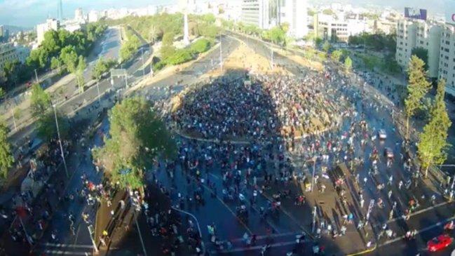 Carabineros se replegó tras gran presencia de personas en Plaza Baquedano