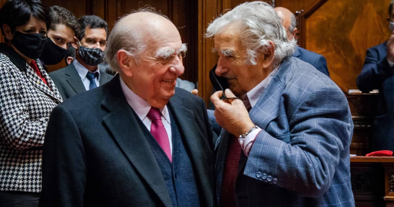 El abrazo entre José Mujica y Julio Sanguinetti que marca el fin de una era política en Uruguay