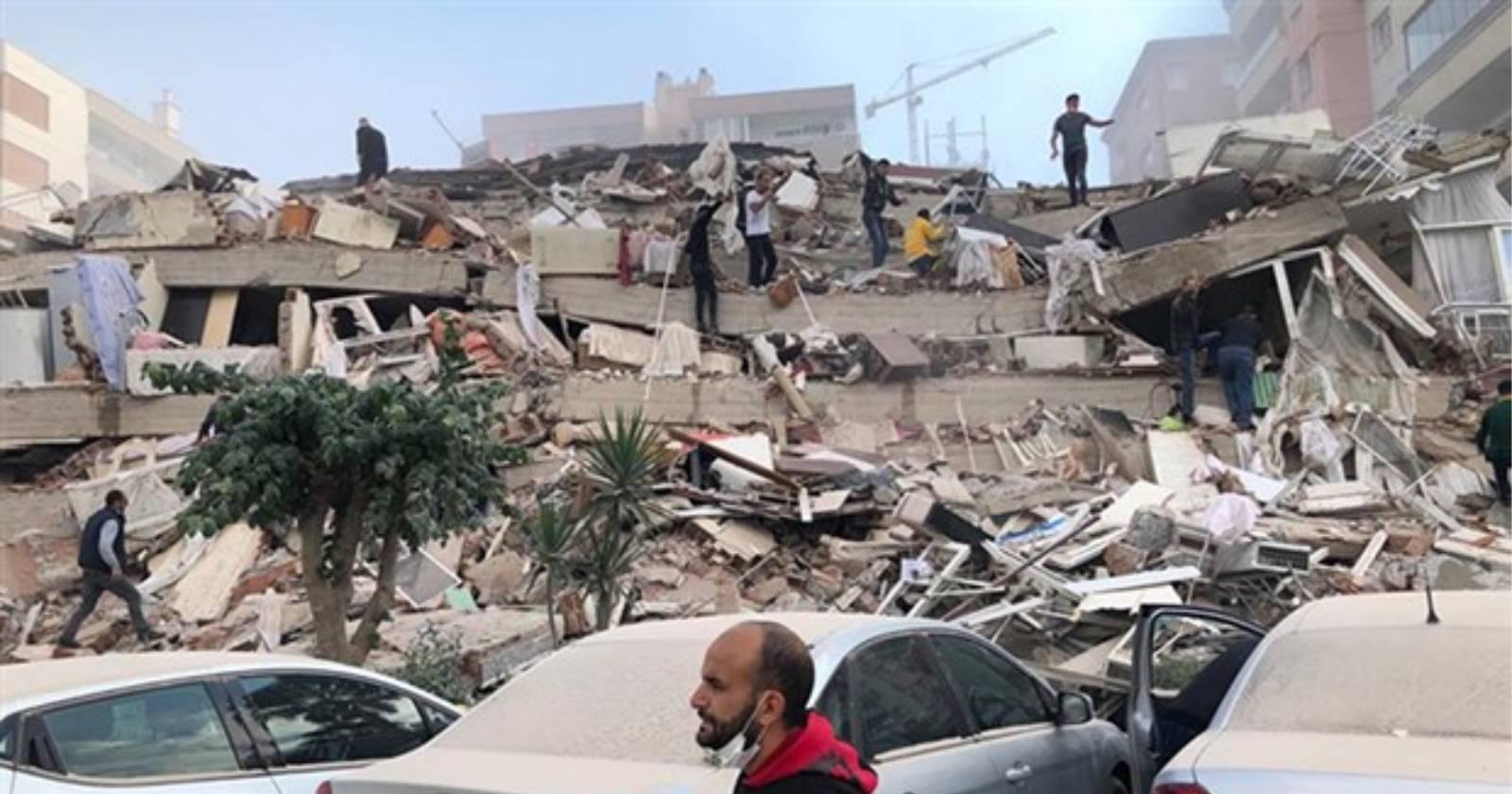VIDEOS – Terremoto sacude a Grecia y a Turquía: hay alerta de tsunami en el Mar Egeo y derrumbes de edificios