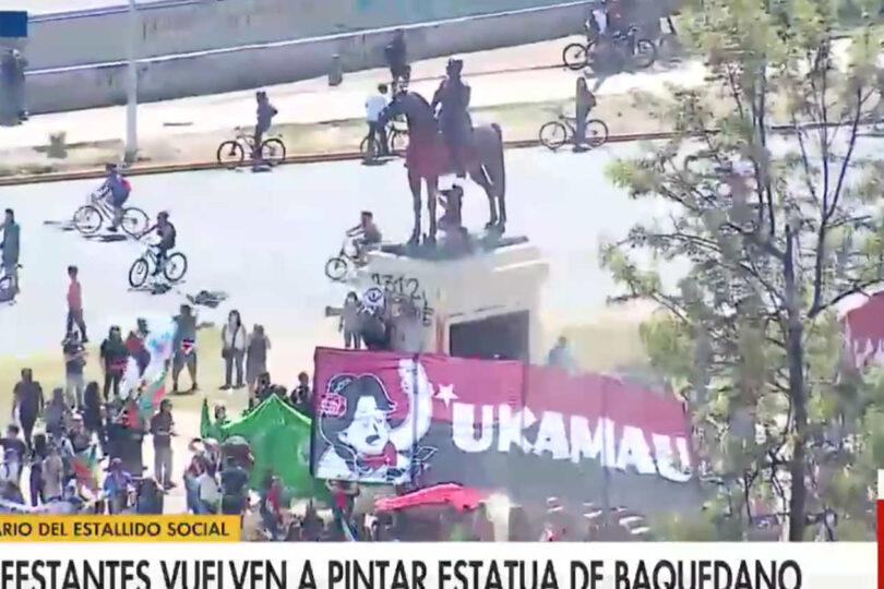 Manifestantes volvieron a pintar la estatua del general Baquedano en Plaza Italia