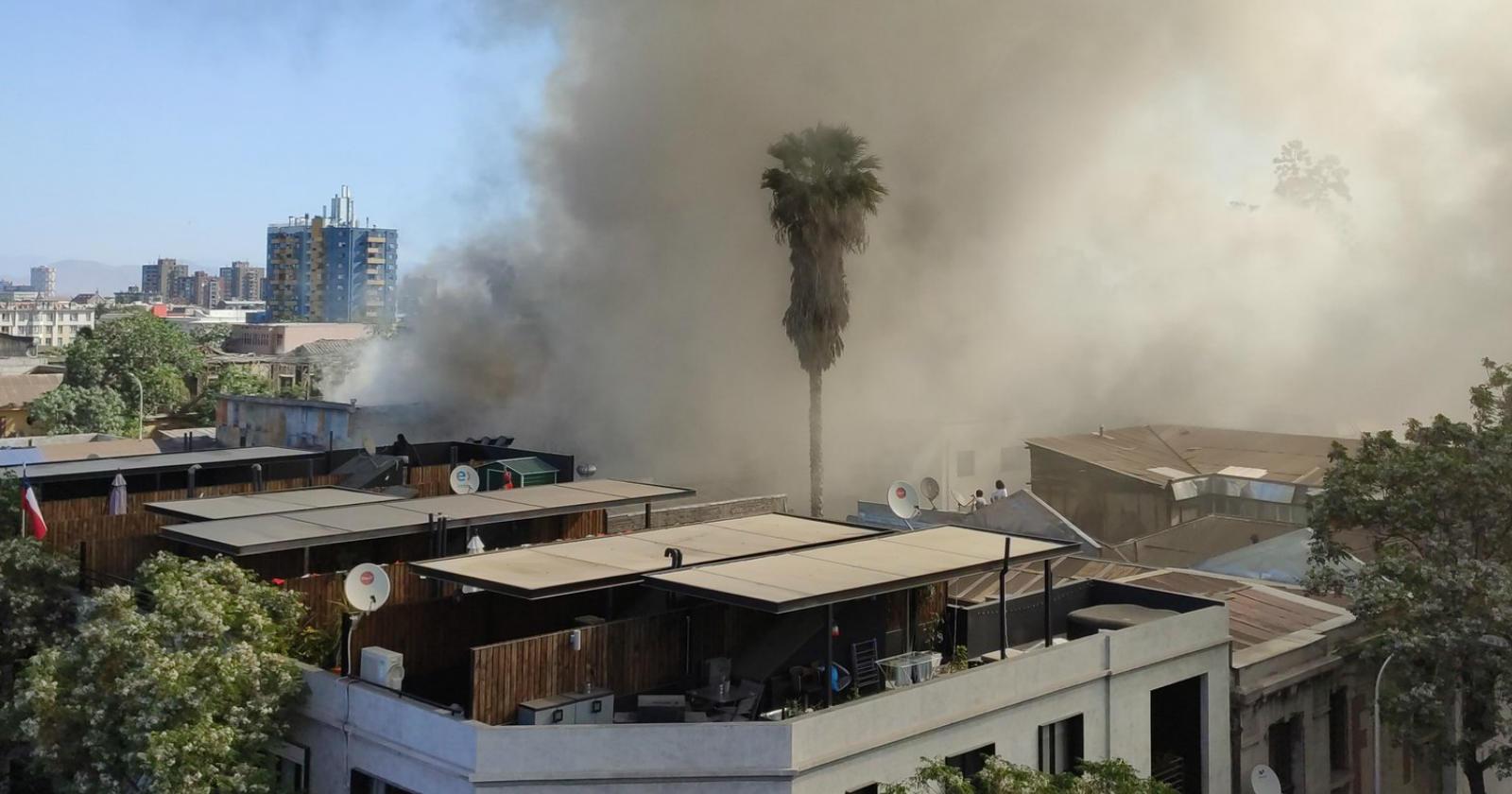 Gigantesco incendio en Barrio Yungay afectó a cuatro casas