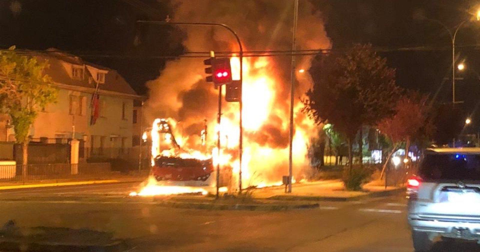 Manifestaciones en Ñuñoa terminaron con bus de US$ 290.000 totalmente quemado