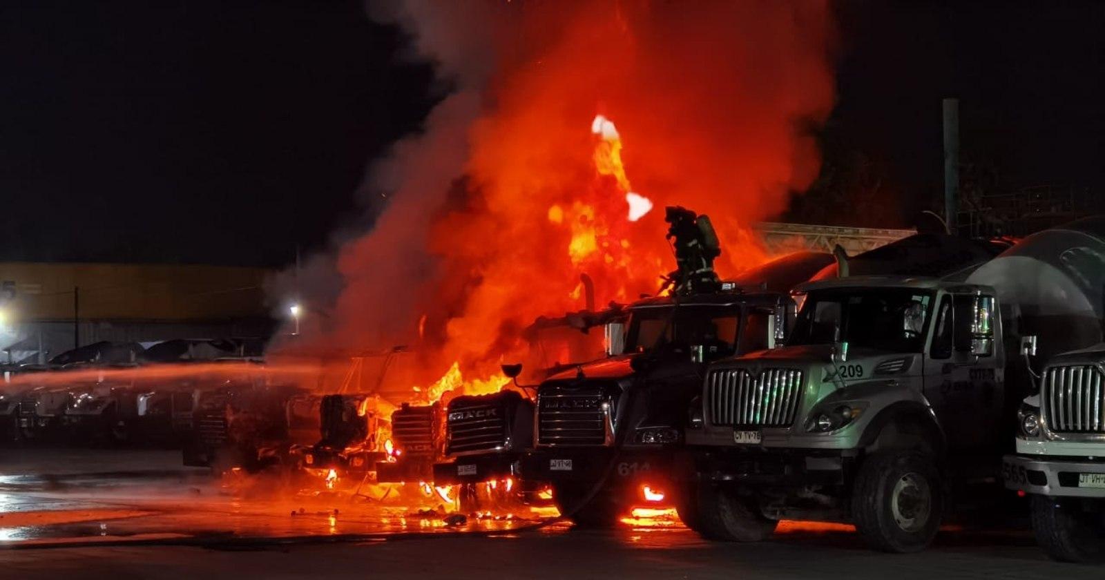 Encapuchados balearon a conductor y quemaron cinco camiones en Victoria