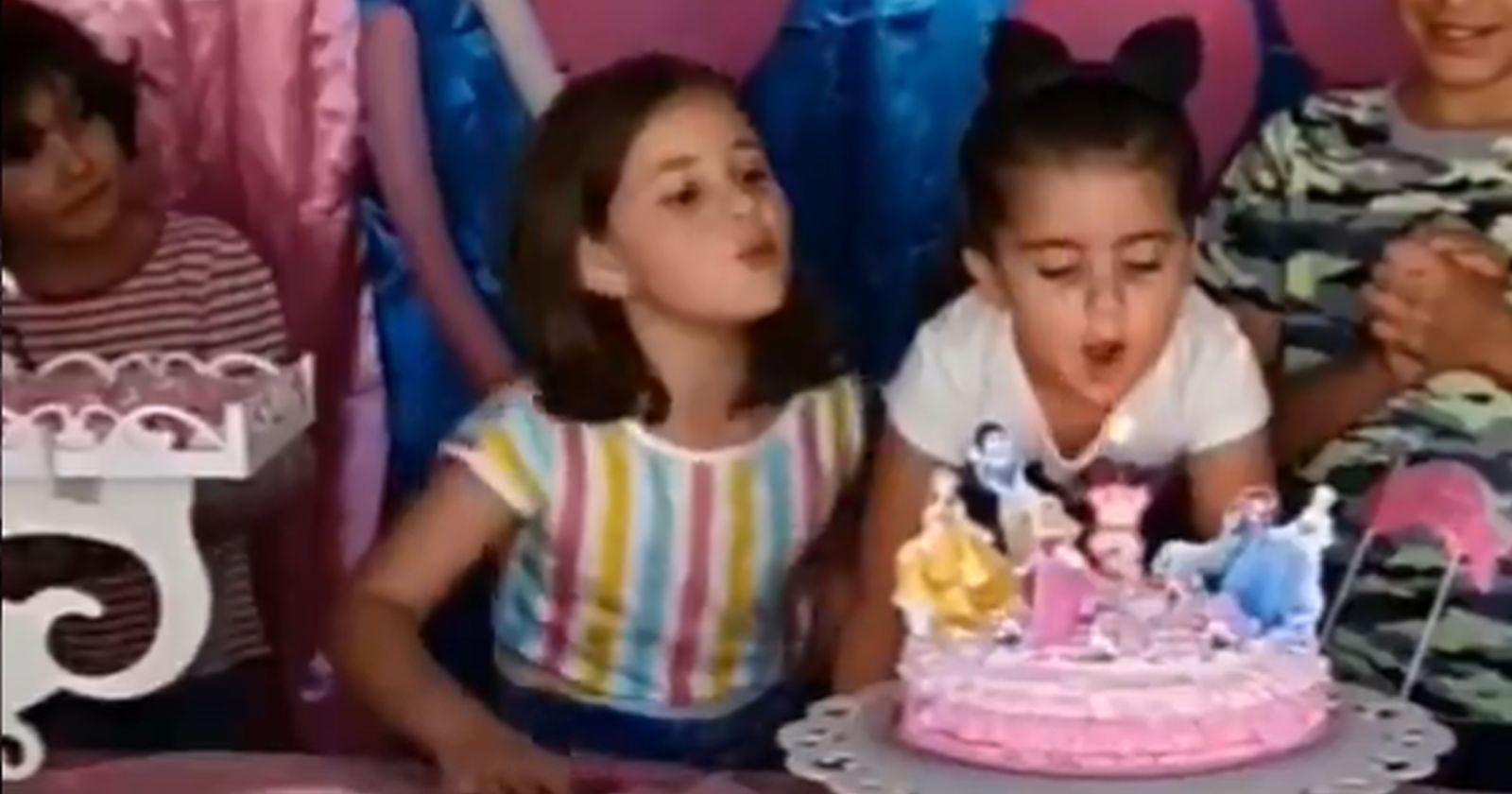 Las niñas que pelearon por apagar la vela de cumpleaños y que se volvieron viral