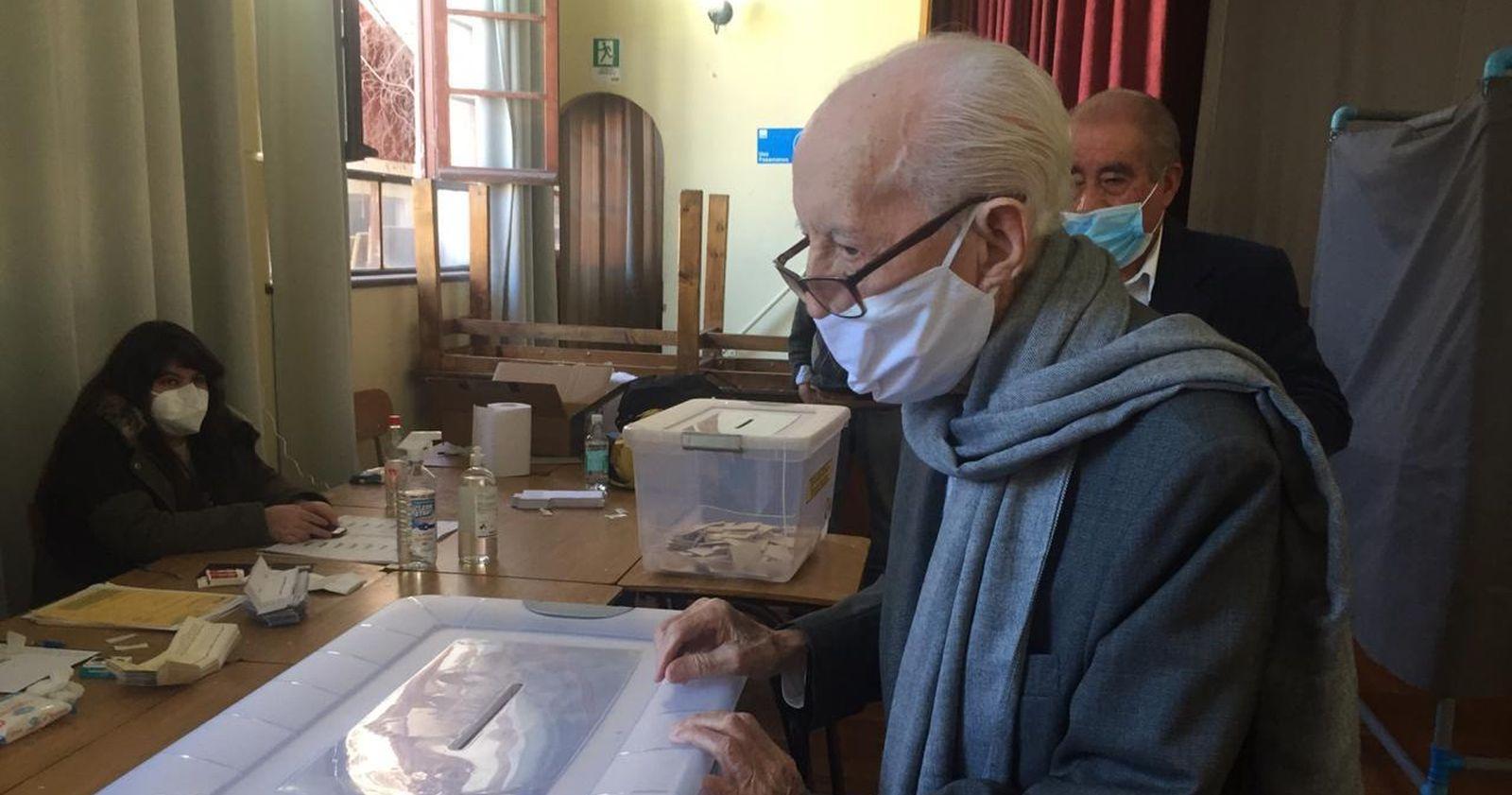 A sus 103 años: Renán Fuentealba llegó a votar a La Serena