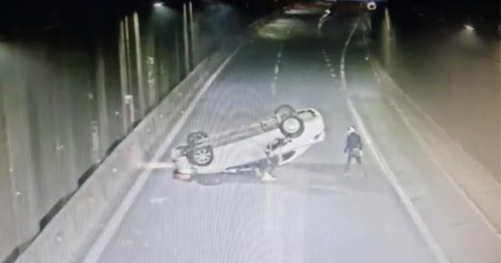 VIDEOS – Delincuentes protagonizaron impactante volcamiento tras robar vehículo a chofer de aplicación