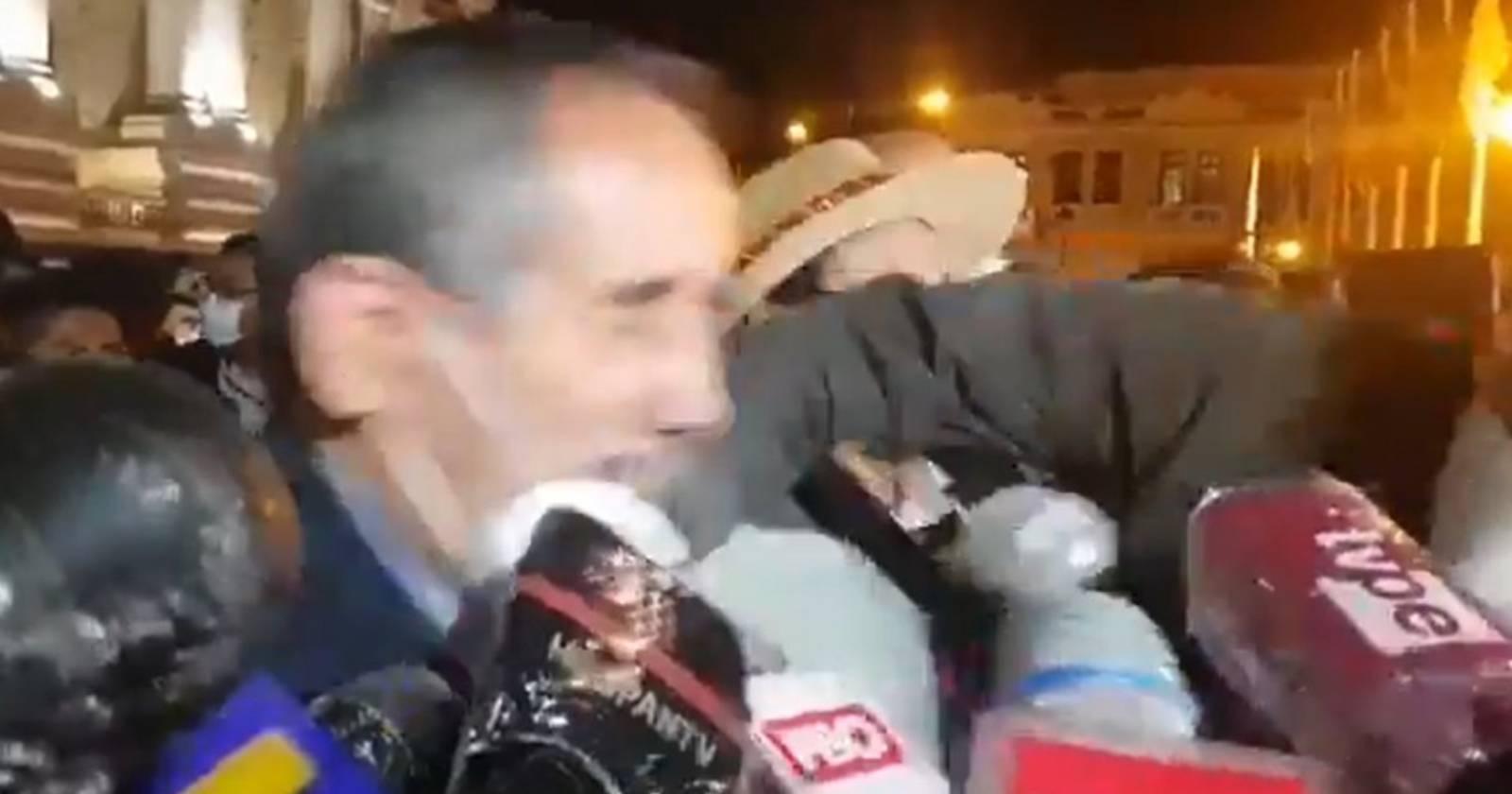 VIDEO – Congresista peruano recibe puñetazo tras votar a favor de la destitución de Vizcarra