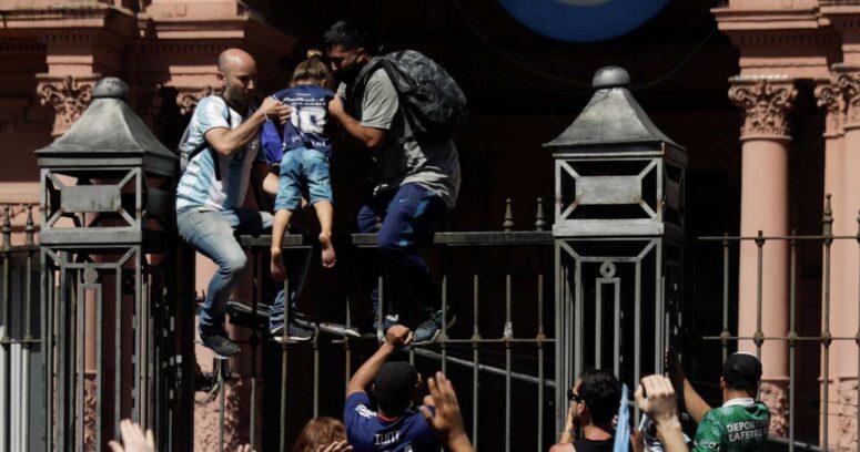 VIDEOS – Caos en la Casa Rosada: hinchas y policías se enfrentan mientras féretro de Maradona fue retirado