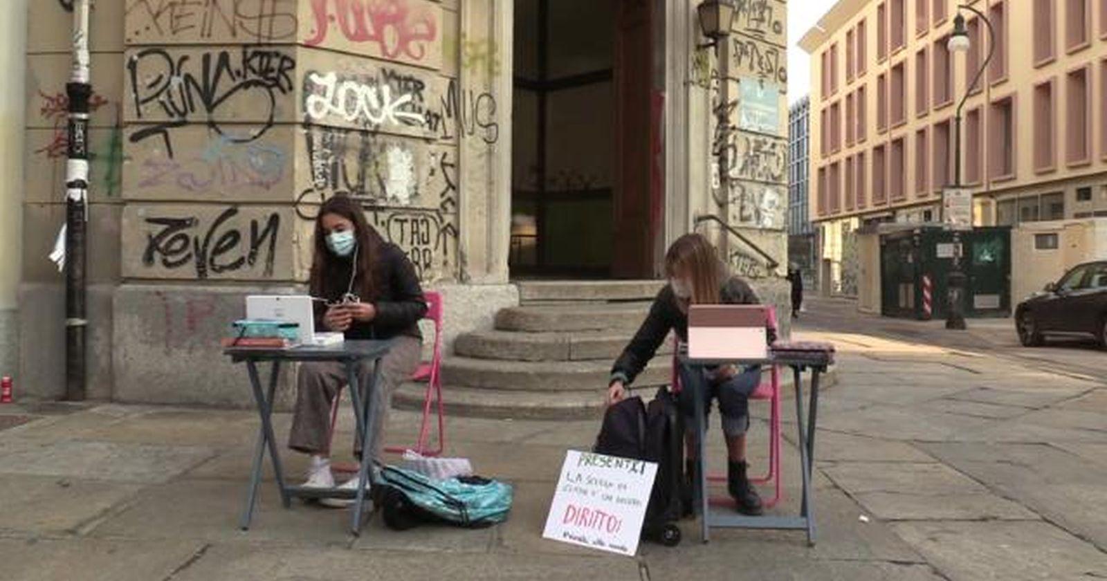 """""""Estudiantes italianos se instalan en la calle para pedir la apertura de las escuelas"""""""