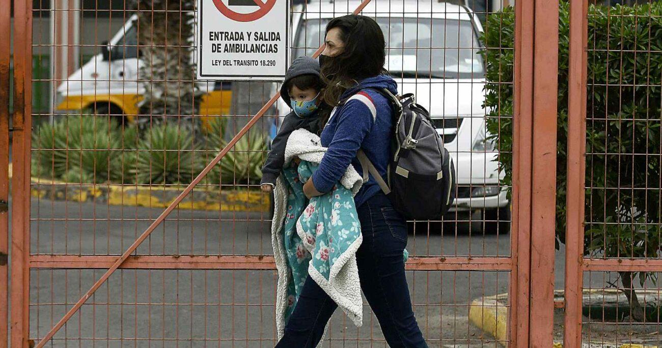 Mujer camina junto a su hijo en Antofagasta. Fuente: Agencia Uno.