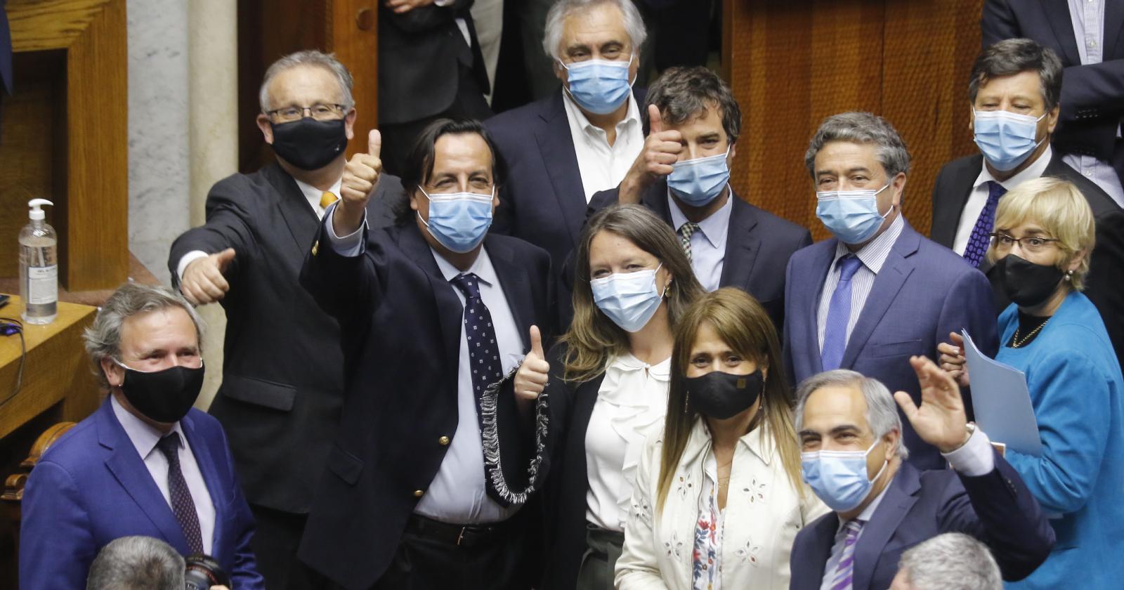 Senado desecha acusación constitucional contra ex ministro Víctor Pérez
