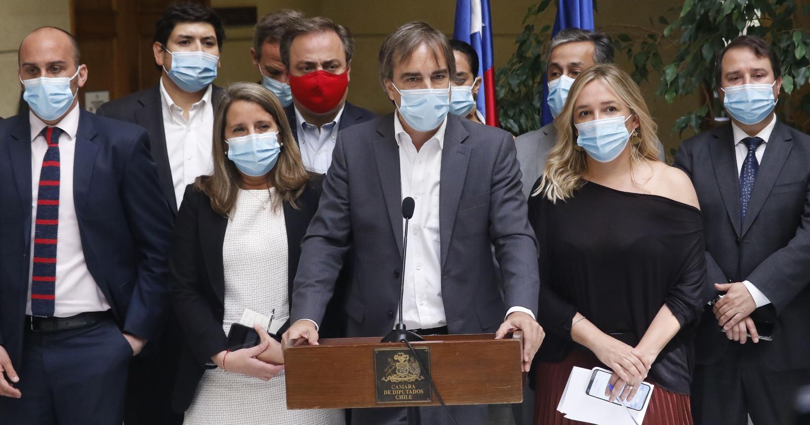 """Chile Vamos acusa """"golpe blando"""" por proyecto que busca adelantar presidenciales"""