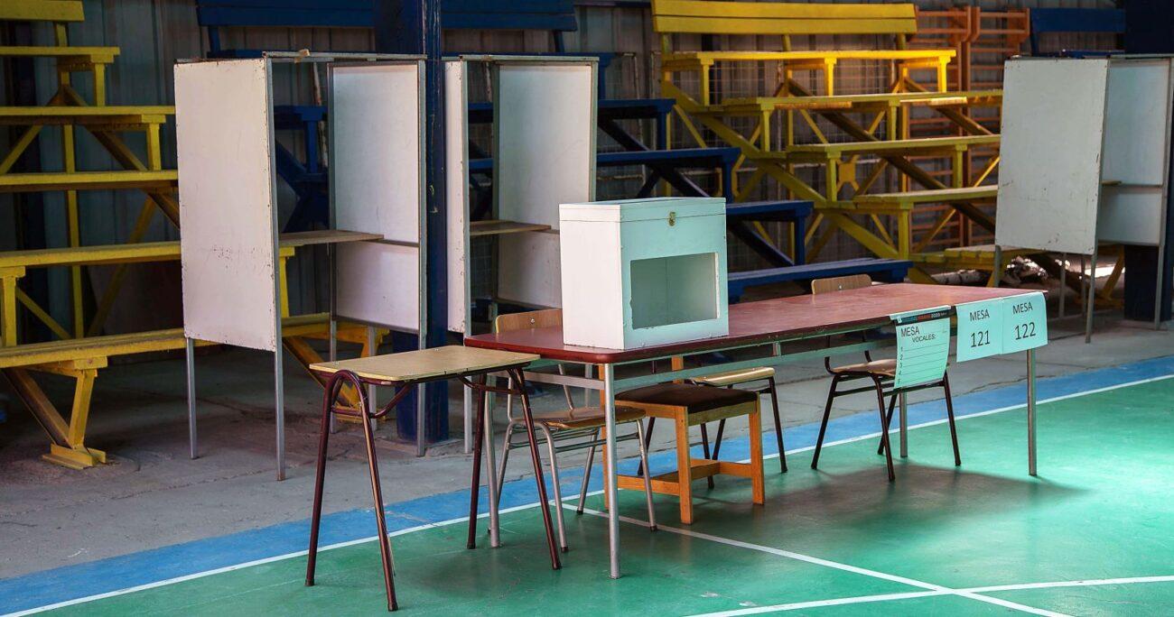 Mesa de votación en Calama durante las elecciones primarias. Foto: Agencia Uno.