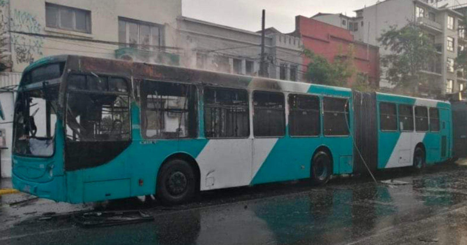 Quema de bus y ataque a estatua del general Baquedano: los resultados de nueva jornada en Plaza Italia