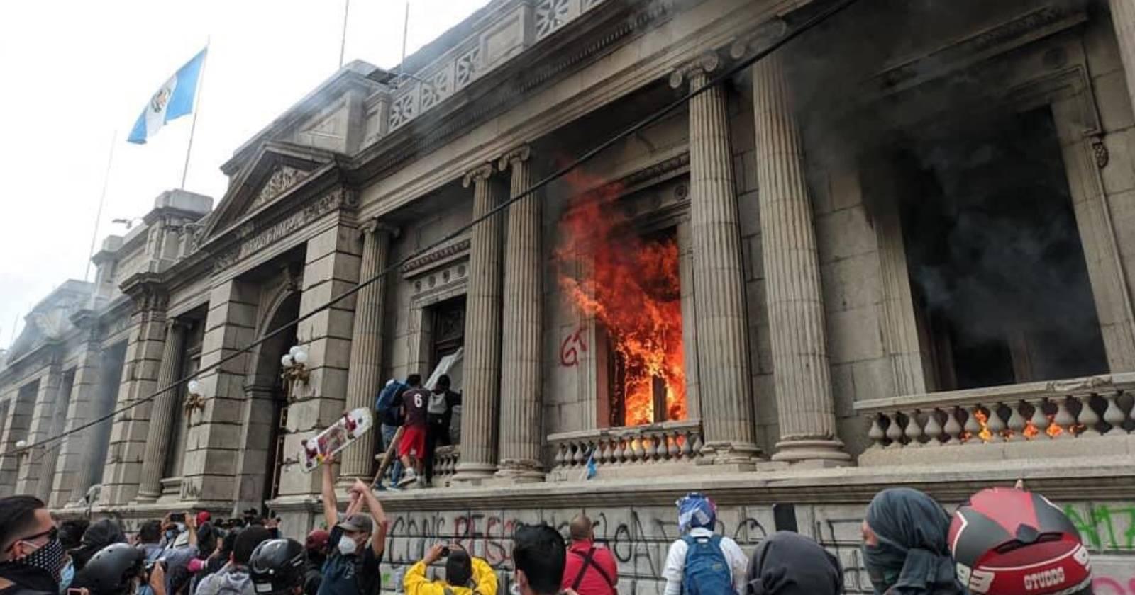 VIDEO - Manifestantes incendiaron el Congreso de Guatemala