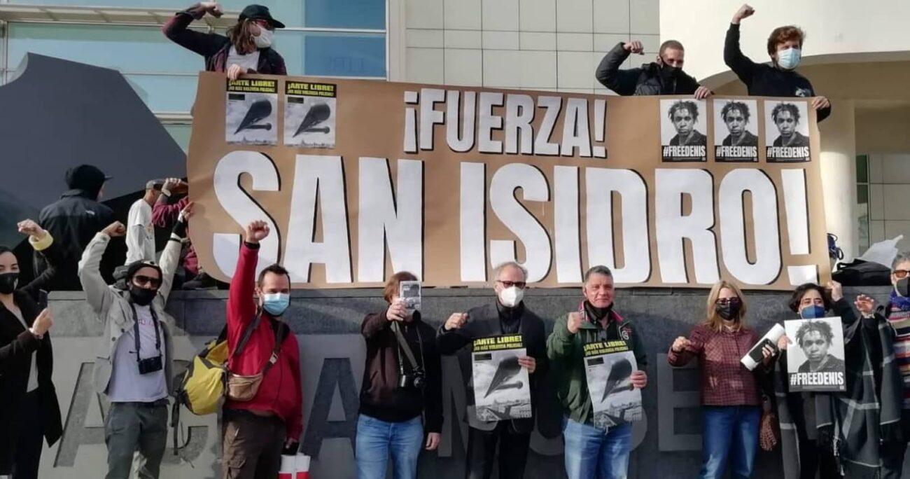 El grupo de periodistas  y profesores protestan contra la represión y las políticas estatales. Foto: @Mov_sanisidro