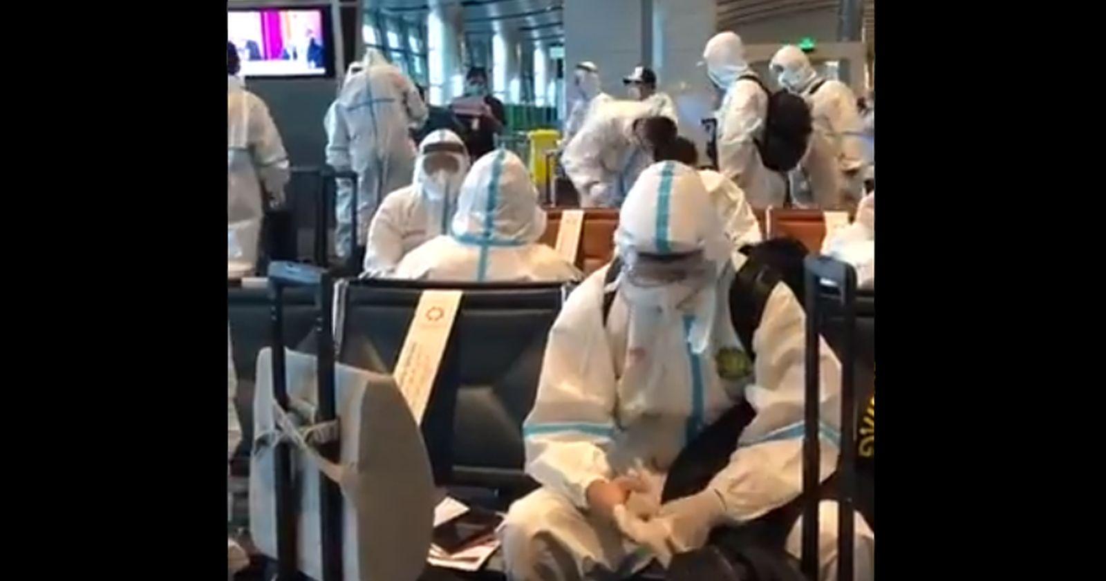 Equipo de fútbol chino viajó con trajes de protección para evitar los contagios