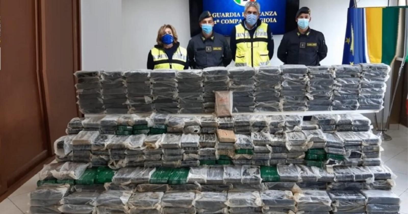 """""""Italia: incautan casi una tonelada de cocaína escondida en mejillones provenientes de Chile"""""""