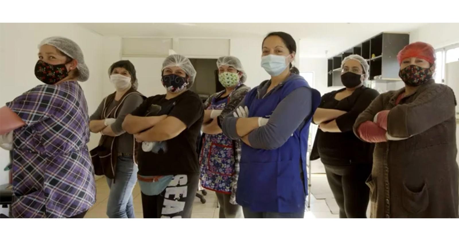 """Campaña """"Por todas"""" entrega recursos para ollas comunes lideradas por mujeres además de capacitación en emprendimiento"""