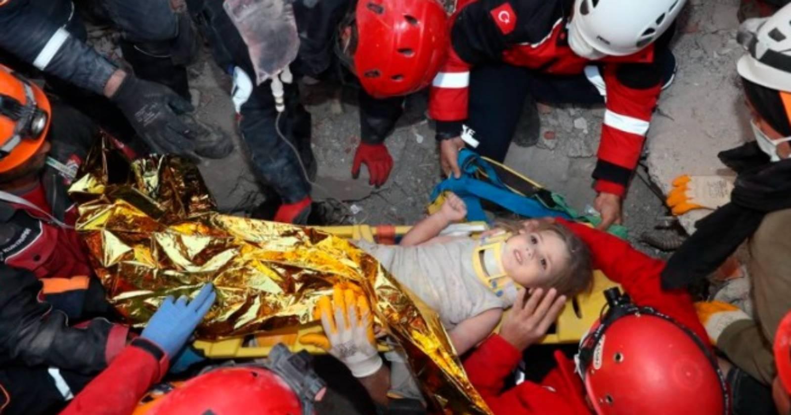 Rescatan a niña con vida bajo los escombros65 horas después del terremoto en Turquía