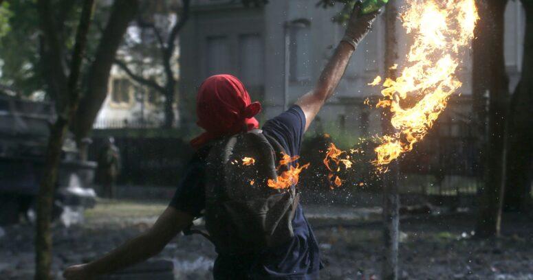 """""""Declaran culpable a joven acusado de lanzar bombas molotov a Carabineros"""""""