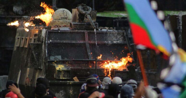 A libertad vigilada condenan a joven por lanzar bombas molotov en Plaza Baquedano