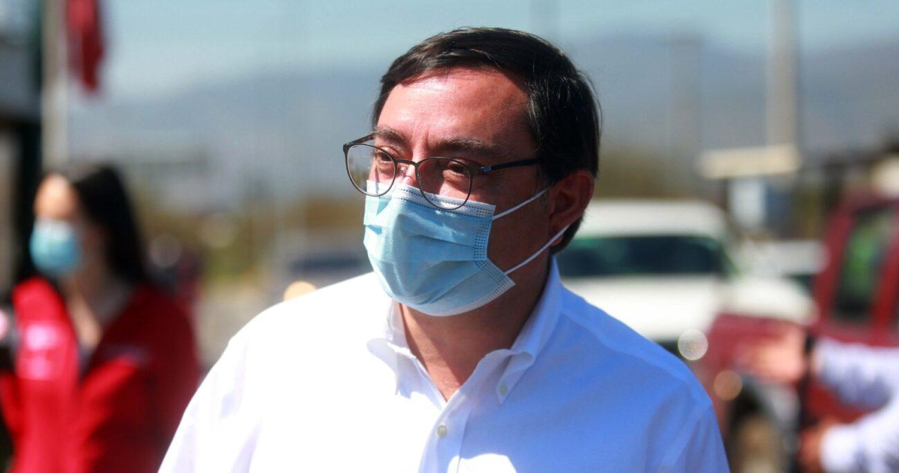 Felipe Guevara durante fiscalización de cordones sanitarios. Fuente: Agencia Uno.