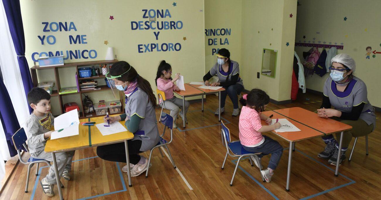 Niños compartiendo en un jardín infantil durante la pandemia del coronavirus. Foto: Agencia Uno