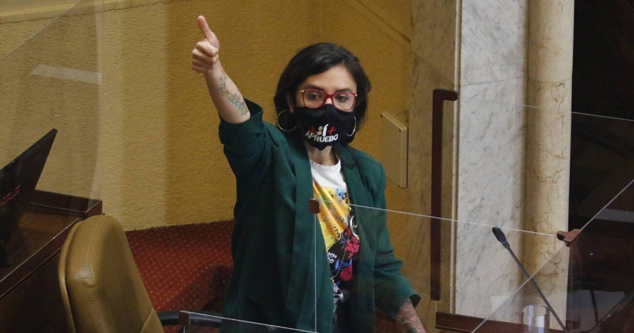 Camila Vallejo en la sala de la Cámara de Diputados. Fuente: Agencia Uno.