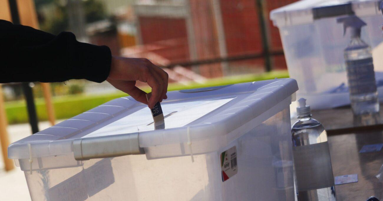 Votación durante el plebiscito del 25 de octubre. Fuente: Agencia Uno.
