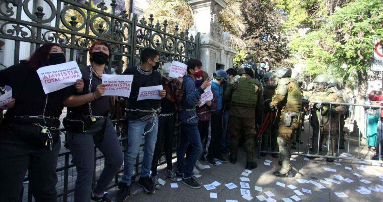 """""""Jóvenes chilenos son los que más cuestionan los liderazgos en América Latina"""""""