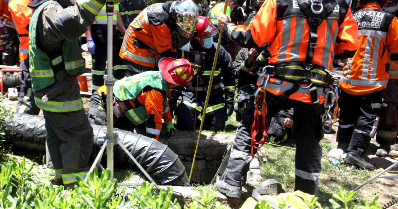 La víctima cayó cerca de 10 metros por el foso que contenía basura y escombros. Foto: