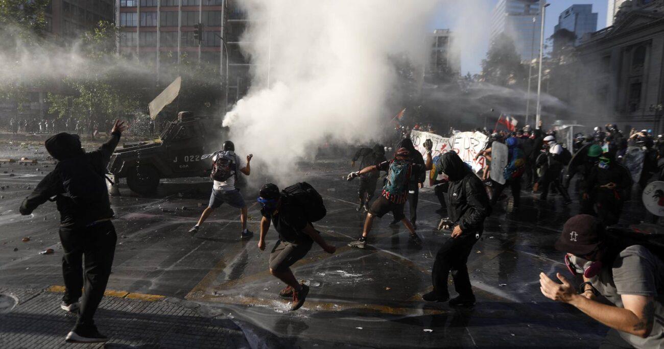 Los incidentes se concentran a la altura de la estación Universidad de Chile. Foto: Agencia UNO
