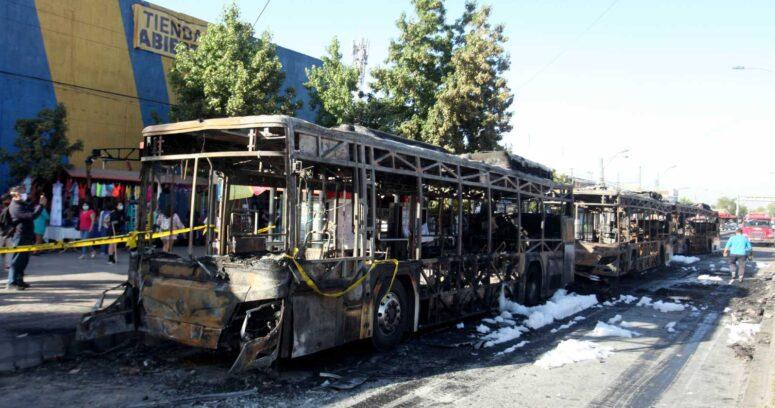 """""""65 máquinas afectadas durante el 2020: buses Red quemados en la Alameda costaron 350 mil dólares cada uno"""""""