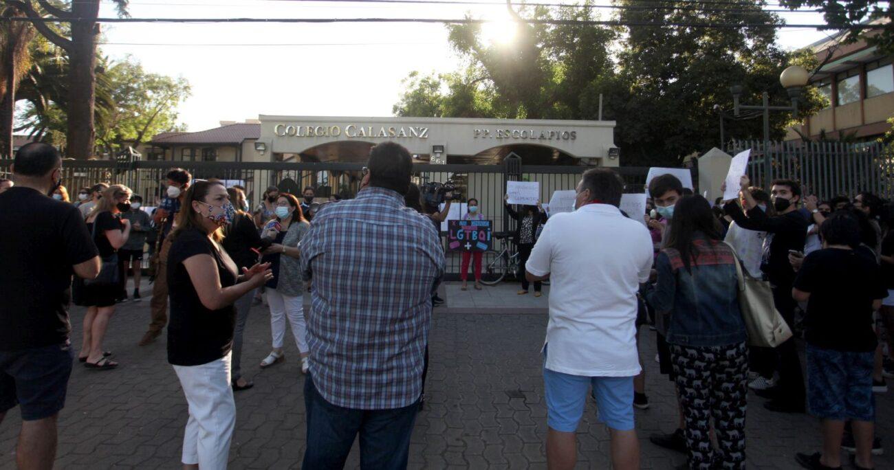 Apoderados del Colegio Calasanz protestando en las afueras del establecimiento. Foto: Agencia Uno
