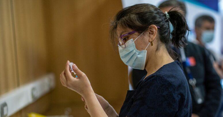 Cefalea, fatiga y dolor: ISP detalló los primeros síntomas reportados con la vacuna de Pfizer
