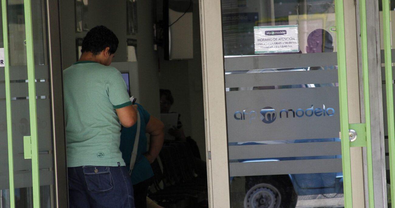 Chileno retirando de forma presencial sus ahorros previsionales. Fuente: Agencia Uno.