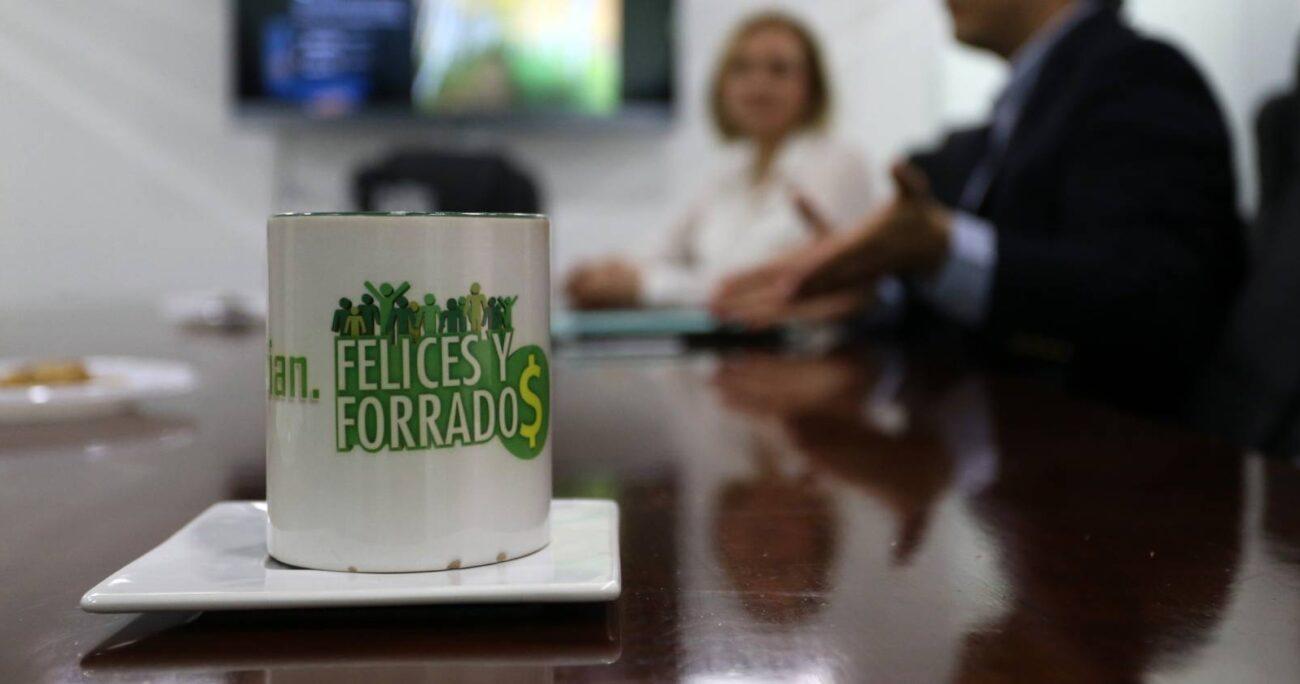 Gino Lorenzini, fundador de Felices y Forrados, en reunión con Carolina Goic - Foto: Agencia Uno