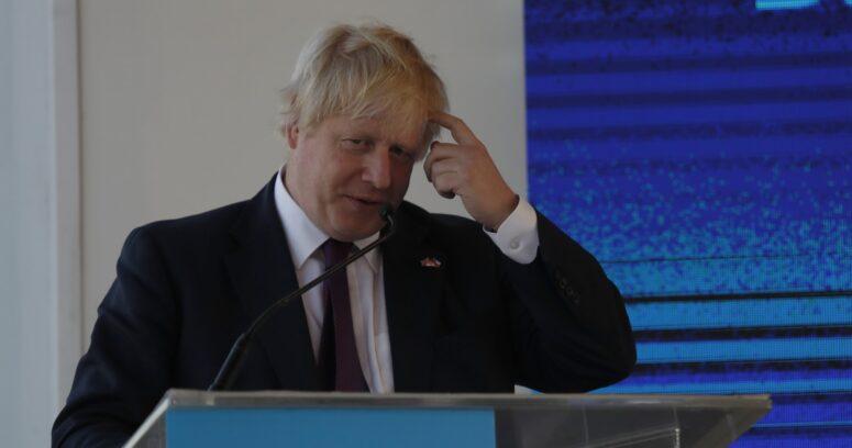 """Países europeos cancelan vuelos con el Reino Unido por nueva cepa del COVID-19: """"Estaba fuera de control"""""""