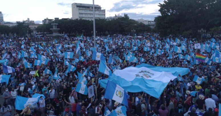 """""""La revolución de los frijoleros"""": aumentan protestas que exigen la renuncia del presidente de Guatemala"""