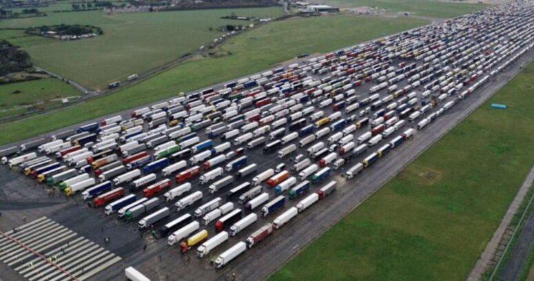 Miles de camiones quedan varados en Reino Unido por cierre de fronteras
