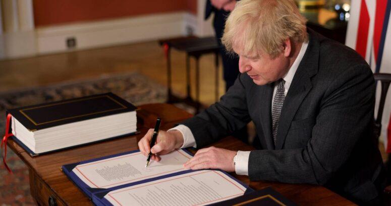 Boris Johnson firma acuerdo comercial con la Unión Europea tras el Brexit