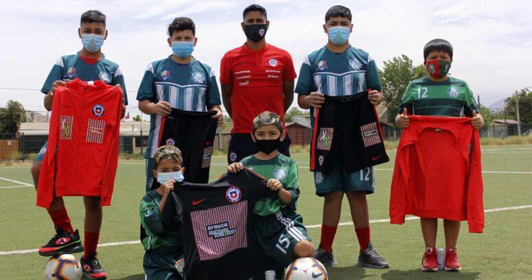 """Campaña """"Roja por fuera, Verde por dentro"""" entrega las primeras prendas al Club Deportivo Palmeira de Cerro Navia"""