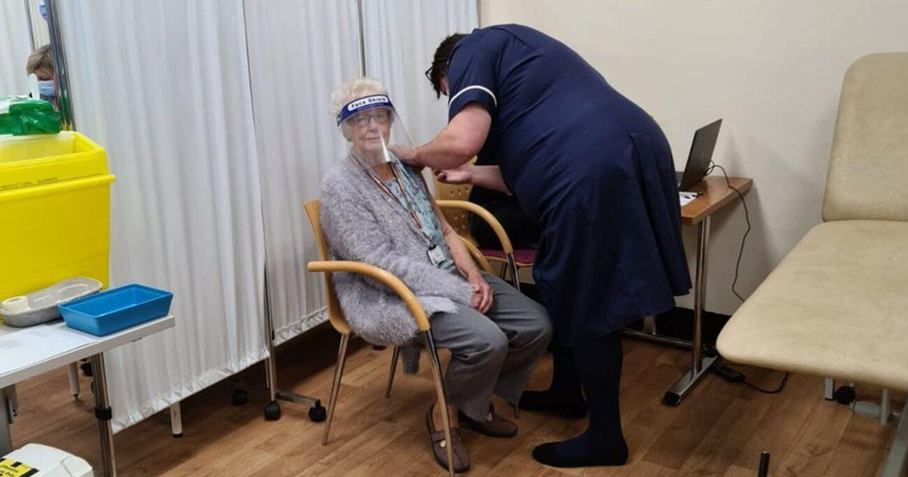 Una mujer recibiendo la vacuna de Pfizer. Foto: BSUH NHS
