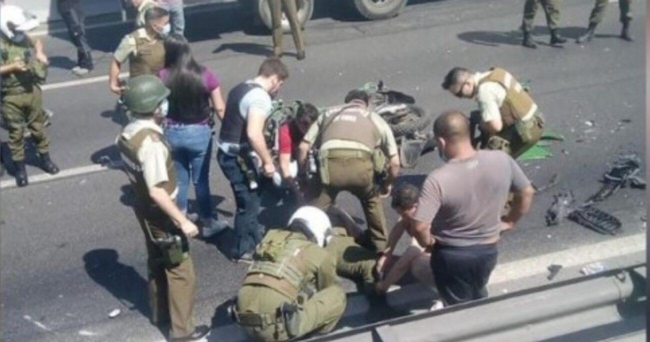 Los funcionarios policiales fueron impactados por el conductor del auto con encargo por robo. Foto: captura video