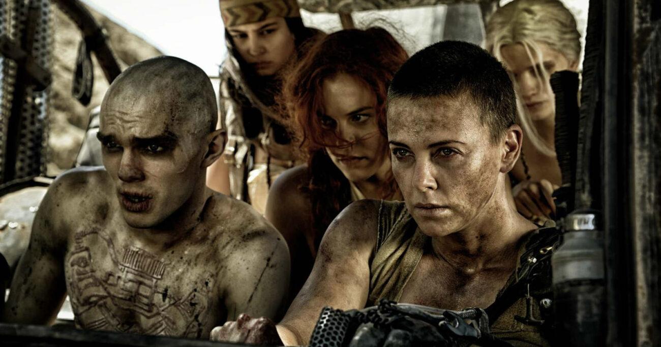 Furiosa junto al grupo que lidera mientras arrancan por el desierto. (Foto: Netflix)