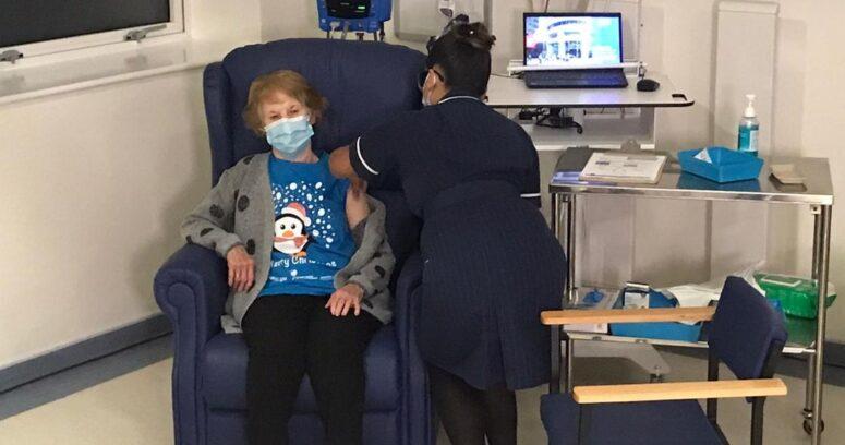"""""""Una mujer de 90 años fue la primera persona en recibir la vacuna de Pfizer"""""""